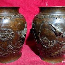 Antigüedades: PRECIOSOS JARRONES JAPONESES HECHOS DE BRONCE CON PAJAROS Y FLORES EN RELIEVE DE LA EPOCA MEIJI. Lote 172278699