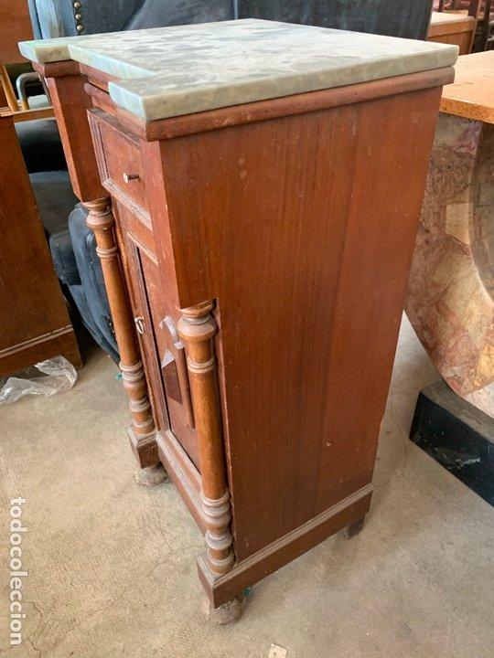 Antigüedades: antigua mesita o mesilla de habitacion con marmol superior y bandeja deslizante. Muy curiosa - Foto 2 - 172289942