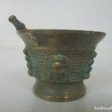 Antigüedades: PEQUEÑO MORTERO, ALMIREZ - BRONCE CINCELADO - DECORACIÓN CON CARAS - CON MANO. Lote 172300600