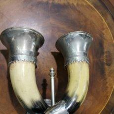 Antigüedades: PARAJA DE CUERNOS EN FORMA DE LAMPARA. SON DE RESINA. Lote 172341738