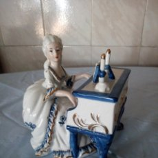 Antigüedades: ANTIGUA FIGURA DAMA DE EPOCA TOCANDO EL PIANO PORCELANA BISCUIT CAPODIMONTE.COBALTO ORO Y BLANCO.. Lote 172364190