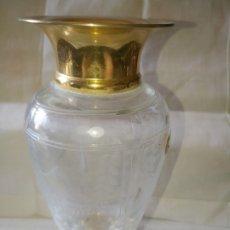 Antigüedades: ~~~~ ANTIGUO JARRON DE CRISTAL GRABADO AL ACIDO, BASE Y CUELLO DORADOS, MIDE 21 X 9 CM. APROX.~~~~. Lote 166144190