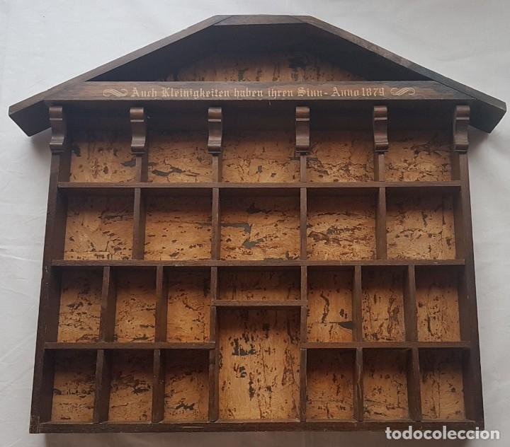 ANTIGUA ESTANTERIA DE MADERA EN FORMA DE CASA PARA COLECCIONES EN MINIATURAS (Antigüedades - Muebles Antiguos - Repisas Antiguas)