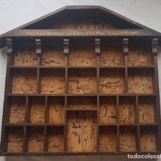 Antigüedades: ANTIGUA ESTANTERIA DE MADERA EN FORMA DE CASA PARA COLECCIONES EN MINIATURAS. Lote 172394614