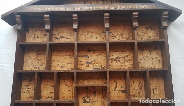 Antigüedades: ANTIGUA ESTANTERIA DE MADERA EN FORMA DE CASA PARA COLECCIONES EN MINIATURAS - Foto 4 - 172394614