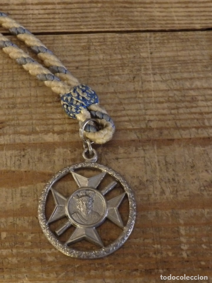 SEMANA SANTA SEVILLA, MEDALLA CON CORDON HERMANDAD DE SAN ESTEBAN (Antigüedades - Religiosas - Medallas Antiguas)