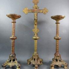Antigüedades: CRUZ LITÚRGICA CON DOS CANDELEROS ALTAR EN BRONCE DORADO NEOGÓTICOS SIGLO XIX. Lote 172629558