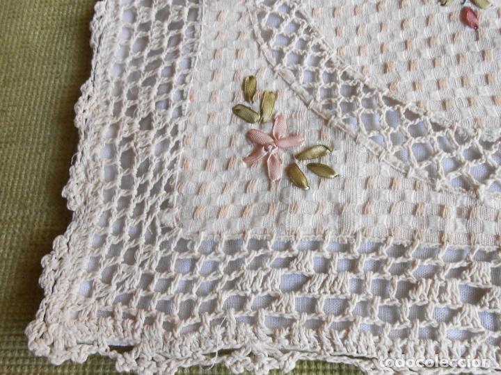 Antigüedades: Preciosa funda de cojin, color beige. lino.bordados a mano de cintas y ganchillo 45 x 45 cm. nuevo - Foto 10 - 187226691