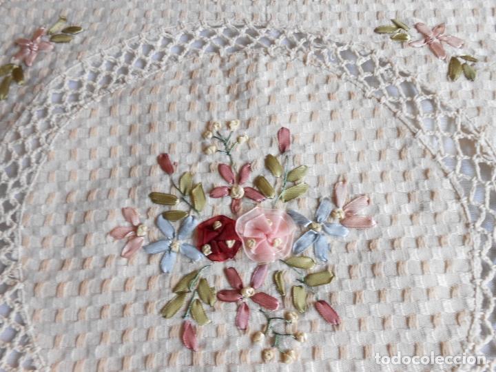 Antigüedades: Preciosa funda de cojin, color beige. lino.bordados a mano de cintas y ganchillo 45 x 45 cm. nuevo - Foto 11 - 187226691