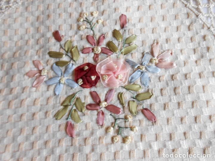 Antigüedades: Preciosa funda de cojin, color beige. lino.bordados a mano de cintas y ganchillo 45 x 45 cm. nuevo - Foto 12 - 187226691