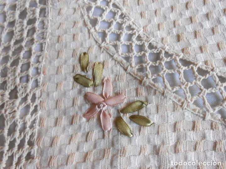 Antigüedades: Preciosa funda de cojin, color beige. lino.bordados a mano de cintas y ganchillo 45 x 45 cm. nuevo - Foto 13 - 187226691