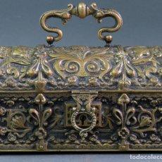 Antigüedades: CAJA COFRE JOYERO NEOGÓTICO EN BRONCE DORADO HACIA 1900. Lote 172631230