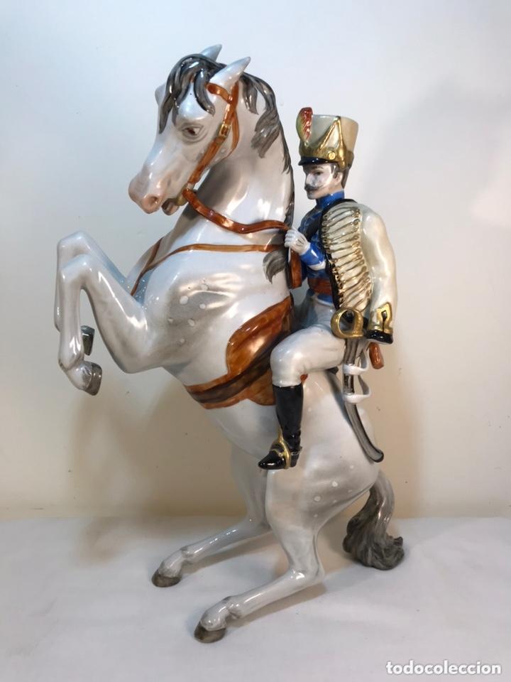 FIGURA PORCELANA- ÁLVAREZ- JINETE CABALLO RAMPANTE- 30 CM (Antigüedades - Porcelanas y Cerámicas - Otras)
