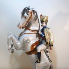 Antigüedades: FIGURA PORCELANA- ÁLVAREZ- JINETE CABALLO RAMPANTE- 30 CM. Lote 172636234