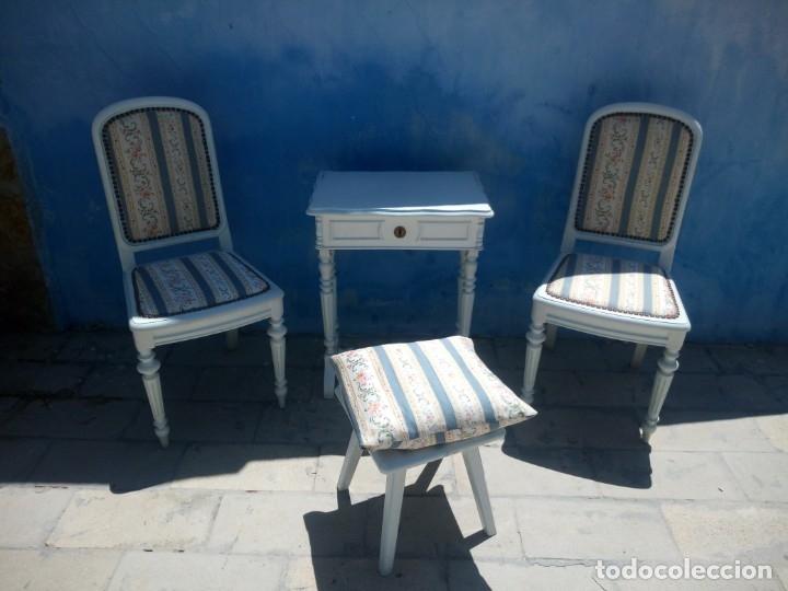 Antigüedades: Precioso conjunto de dormitorio,mesa joyero,2 sillas,taburete y1 cojín.madera blanco y azul.siglo xx - Foto 2 - 172650530