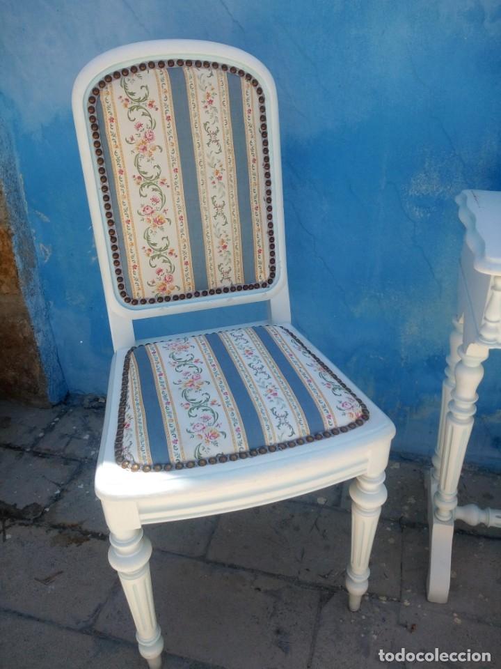 Antigüedades: Precioso conjunto de dormitorio,mesa joyero,2 sillas,taburete y1 cojín.madera blanco y azul.siglo xx - Foto 3 - 172650530