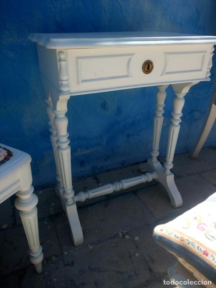 Antigüedades: Precioso conjunto de dormitorio,mesa joyero,2 sillas,taburete y1 cojín.madera blanco y azul.siglo xx - Foto 7 - 172650530