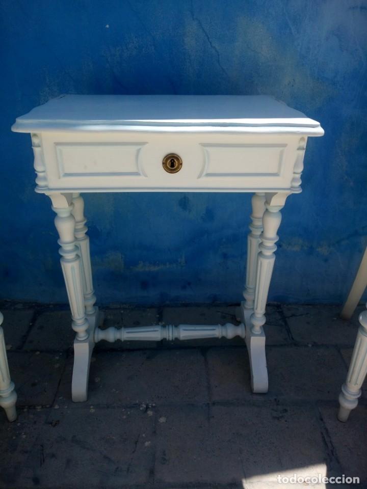 Antigüedades: Precioso conjunto de dormitorio,mesa joyero,2 sillas,taburete y1 cojín.madera blanco y azul.siglo xx - Foto 8 - 172650530