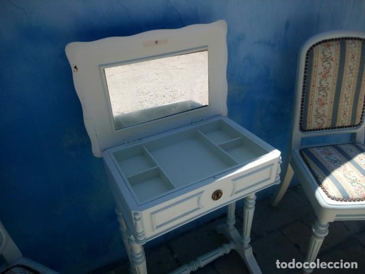 Antigüedades: Precioso conjunto de dormitorio,mesa joyero,2 sillas,taburete y1 cojín.madera blanco y azul.siglo xx - Foto 10 - 172650530