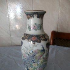 Antigüedades: PRECIOSO JARRON DE PORCELANA DECORACIÓN PAVO REAL PINTADO A MANO ,JAPAN . Lote 172654408