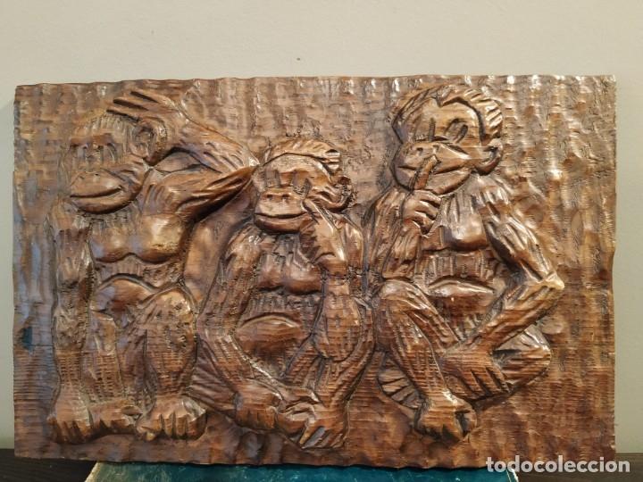 LOS TRES MONOS SABIOS - BAJO RELIEVE MADERA (Antigüedades - Hogar y Decoración - Figuras Antiguas)