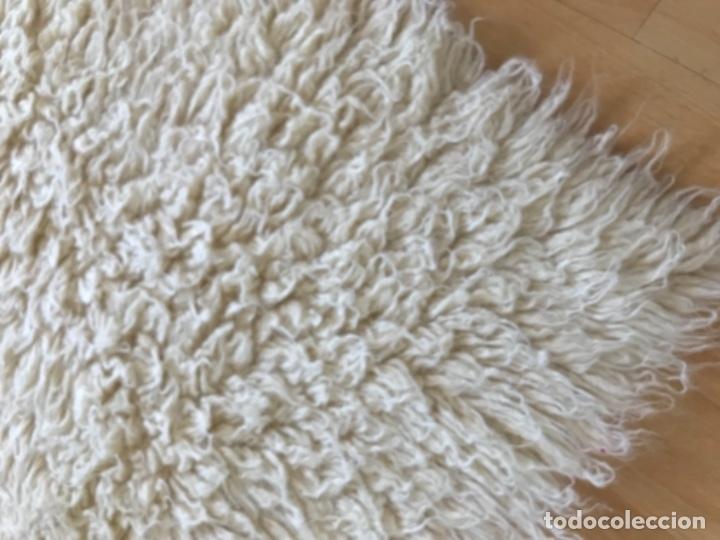 Antigüedades: gran alfombra lana pura rizada solida tejida detras en telar preciosa comoda impecable es antigua - Foto 2 - 172683619