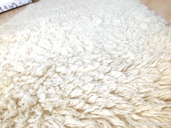 Antigüedades: gran alfombra lana pura rizada solida tejida detras en telar preciosa comoda impecable es antigua - Foto 4 - 172683619