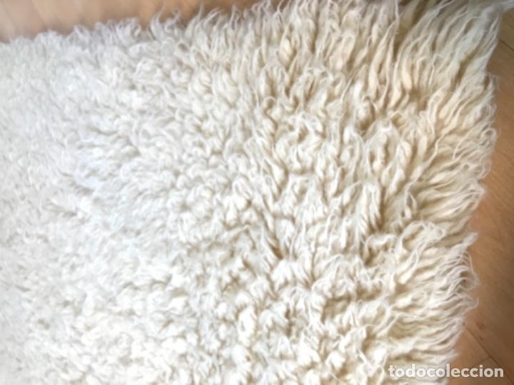 Antigüedades: gran alfombra lana pura rizada solida tejida detras en telar preciosa comoda impecable es antigua - Foto 5 - 172683619
