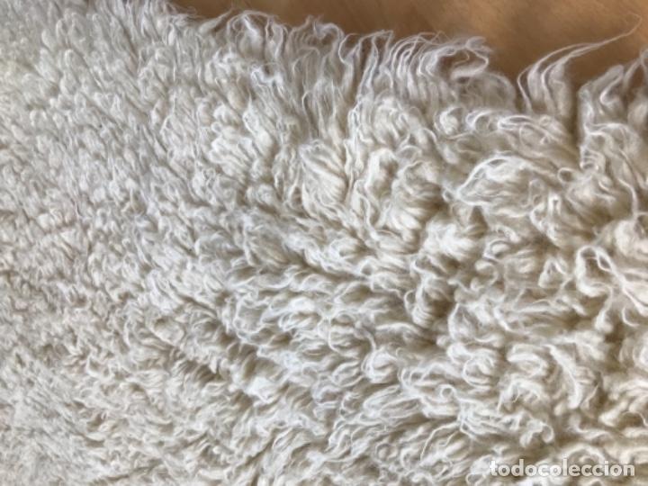 Antigüedades: gran alfombra lana pura rizada solida tejida detras en telar preciosa comoda impecable es antigua - Foto 6 - 172683619