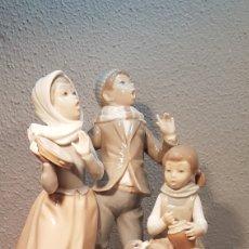 Antigüedades: NIÑOS CANTANDO VILLANCICO EN PORCELANA DE LLADRO.. Lote 172708492