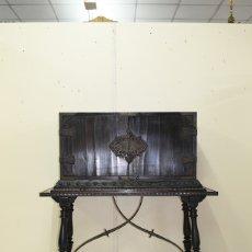 Antigüedades: ANTIGUO BARGUEÑO ESCRITORIO CON HERRAJES. Lote 172709322
