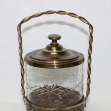 Antigüedades: AZUCARERO EN CRISTAL TALLADO CON CESTA DE METAL DORADO - MEDIADOS SIGLO XX. Lote 172711789