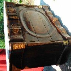 Antigüedades: EXCEPCIONAL CÓMODA ISABELINA CON ERNIA CENTRAL Y MARMOL A JUEGO DEL PERFIL SUPERIOR -MUY TORTURADO- . Lote 172748510