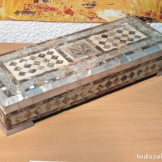 Antigüedades: CAJA JOYERO INCRUSTACIONES NACAR TALLADAS Y EN RELIEVE - 30 X 12 X 5.5 CM.. Lote 172750539