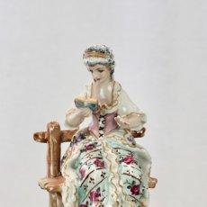 Antigüedades: HERMOSA PORCELANA PINTADA A MANO - DAMA LEYENDO - MEISSEN. Lote 172759849