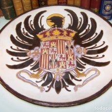 Antigüedades: ESPECTACULAR Y ENORME PLATO DE CERÁMICA ESMALTADA. ESCUDO REYES CATÓLICOS. 48 CM DE DIÁMETRO.. Lote 172761804