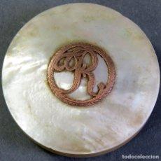 Antigüedades: POLVERA CAJITA EN NACAR E INICIAL R EN ORO HACIA 1800. Lote 172762104