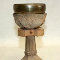 Antigüedades: CALIZ REALIZADO EN MADERA TALLADA Y METAL PLATEADO DE APROXIMADAMENTE 1930. Lote 172810660