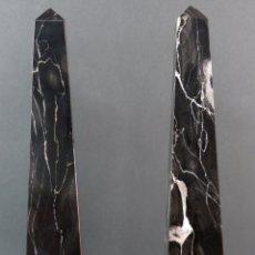 Antigüedades: PAREJA DE OBELISCOS EN MÁRMOL NEGRO VETEADO DE PORTORO ITALIA PRIMERA MITAD DEL SIGLO XX. Lote 172829724