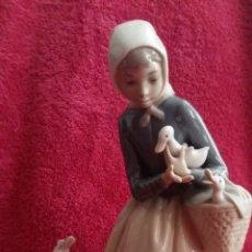 Antigüedades: ORIGINAL FIGURA EN PORCELANA NIÑA CON PATO LLADRO Nº 10. Lote 172890745
