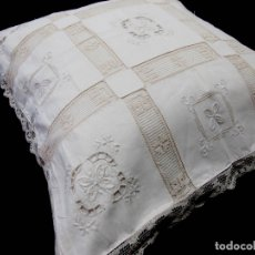Antigüedades: ANTIQUA FUNDA COJIN,BORDADOS A MANO,PUNTILLA ENCAJES TOSCANA.50X50 BEIGE.NUEVO. Lote 172896654