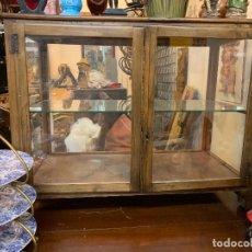 Antigüedades: EXCEPCIONAL VITRINA DE UNA ANTIGUA BOTICA, EPOCA GUERRA CIVIL, AÑOS 30, RESTAURADA. Lote 172906119