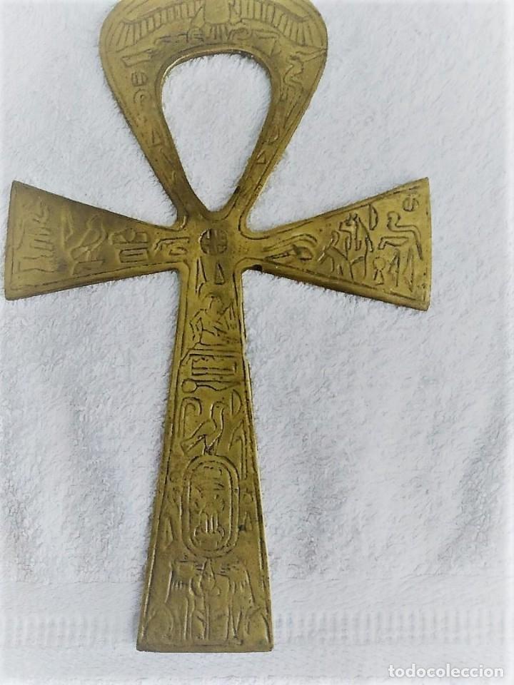 CRUZ EGIPCIA DE LA VIDA METALICA (LATÓN) CON INSCRIPCIONES GRABADAS. (Antigüedades - Religiosas - Cruces Antiguas)