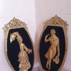 Antigüedades: PRECIOSA PAREJA DE MARCOS REALIZADOS EN BRONCE CON FIGURAS DE LADY AND GENTLEMAN. Lote 172936715