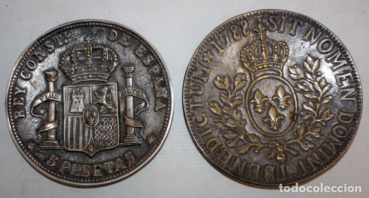 2 PLATOS EN LATON PLATEADO - CASA VALENTI - REPRESENTANDO DOS MONEDAS. (Antigüedades - Hogar y Decoración - Platos Antiguos)