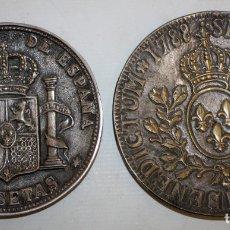 Antigüedades: 2 PLATOS EN LATON PLATEADO - CASA VALENTI - REPRESENTANDO DOS MONEDAS.. Lote 172969177