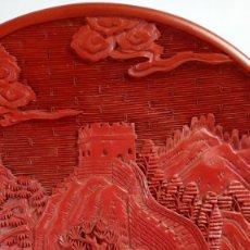 Antigüedades: PLATO EN LACA DE CINABRIO TALLADA EN RELIEVE REPRESENTANDO LA GRAN MURALLA CHINA. PRIMER CUARTO DEL. Lote 173002900