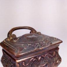 Antigüedades: CAJA JOYERO ESTILO LUIS XV. COBRE PATINADO Y CINCELADO. PRIMERA MITAD DEL S. XX. INTERIOR FORRADO.. Lote 173005312