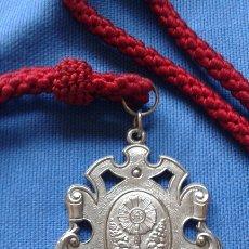 Antigüedades: SEMANA SANTA SEVILLA - MEDALLA CON CORDON DE LA HERMANDAD DE SAN GONZALO. Lote 173022214