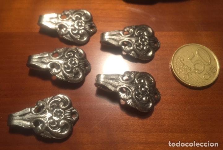 Antigüedades: Antiguos corchetes presillas Metalicos labrados principio siglo XX - Foto 10 - 173066134